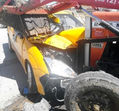 Ticari Taksi İle Traktör Kafa Kafaya Çarpıştı