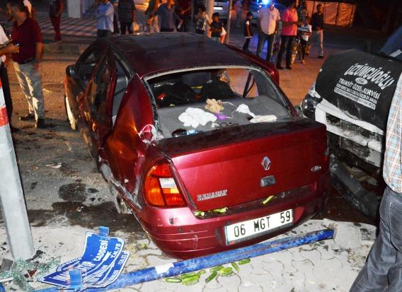 Otomobille Kamyonet Kazasında 6 Kişi Yaralandı