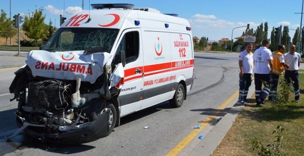 Ambulansla Kamyonet Çarpıştı 6 Kişi Yaralı