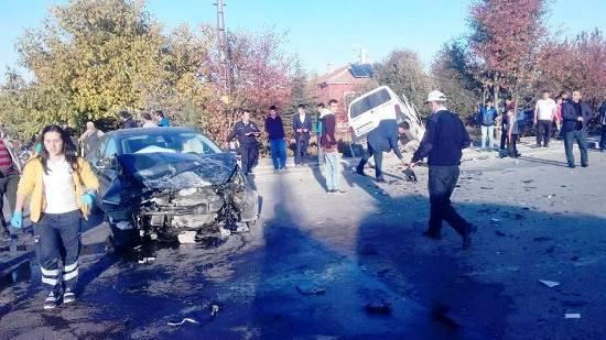 Kaza Kavşağında 2 Araç Çarpıştı: 5 Yaralı