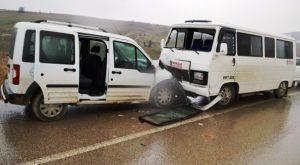 Okul Servisi ile Hafif Ticari Araç Çarpıştı: 13 Yaralı