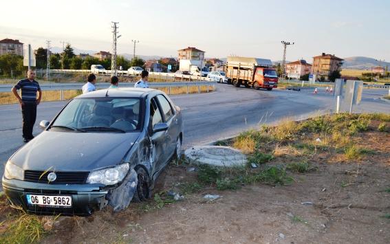 Kavşakta 2 Otomobil Çarpıştı: 8 Yaralı