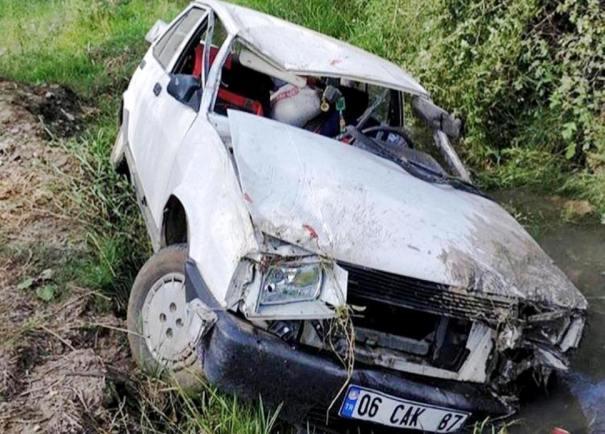 Otomobil Dereye Devrildi: 2 Yaralı