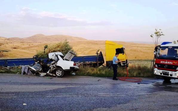 TIR ile Otomobil Çarpıştı: 1 Ölü