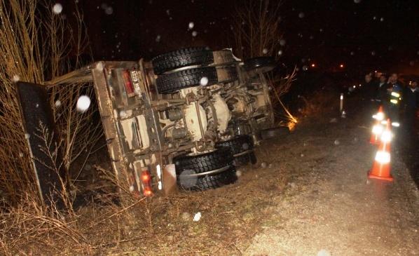 kamyon yan yatti 1 kisi yaralandi