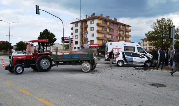 Otomobil ile Traktor carpisti