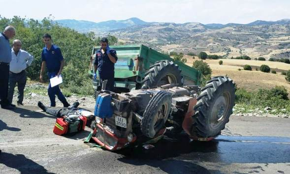 Traktor devrildi 1 olu 1 yarali