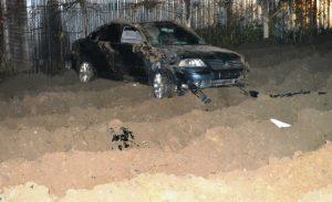Otomobil toprağa gömüldü: 2 yaralı