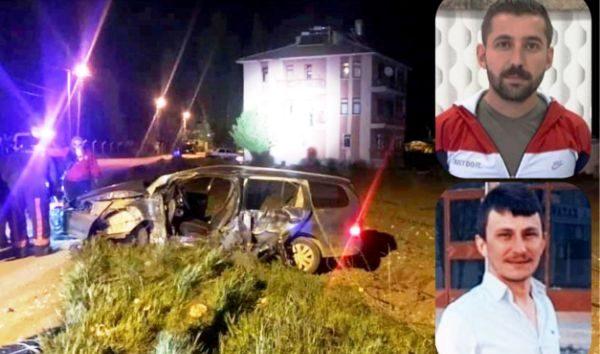 Otomobil direğe çarptı 2 genç öldü 1 kişi yaralandı