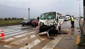 Güldarpı kavşağında kamyonet kazasında 3 kişi yaralandı